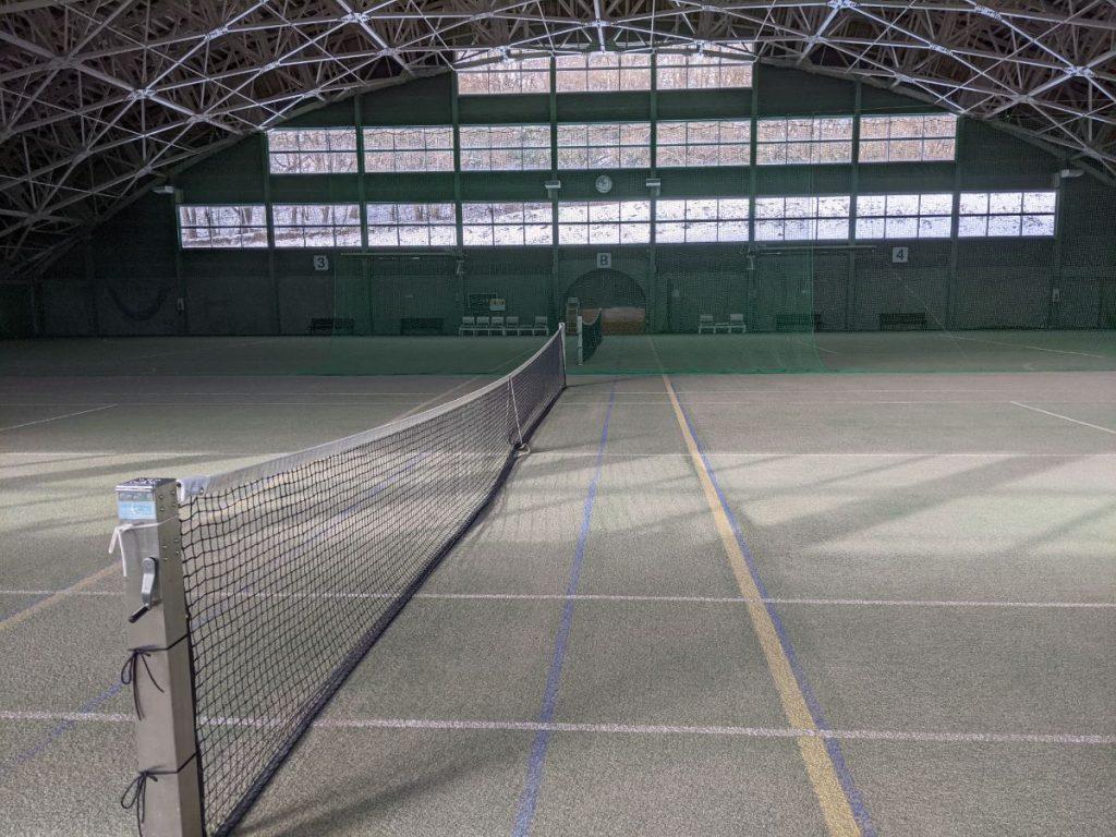 十和田市アネックススポーツランドの屋内テニスコートの真ん中付近の画像