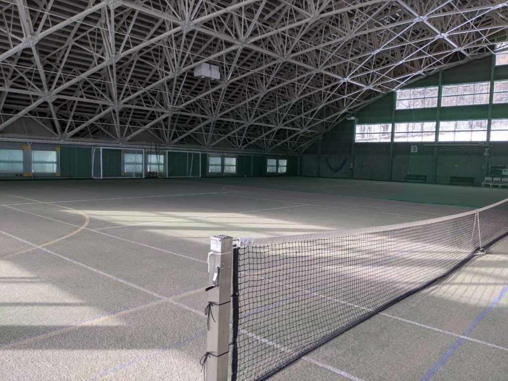 十和田市アネックススポーツランドの屋内テニスコートの奥側からの画像